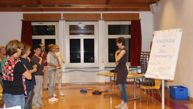 Mit den Brain-Gym-Übungen wurden die Teilnehmer schon zu Beginn des Vortrages aktiv miteinbezogen.  Bild: Judith Meyer